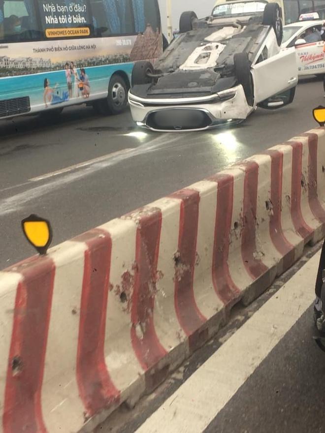 Hà Nội: Xe Mazda đâm vào dải phân cách, lật ngửa trên cầu Vĩnh Tuy gây ùn tắc nghiêm trọng - Ảnh 2.