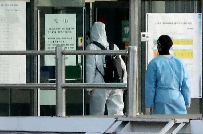 """Học sinh Hàn Quốc đi thi Đại Học: Trang bị """"võ trang đầy đủ"""", thi nhưng không quên ngăn ngừa dịch bệnh - ảnh 4"""