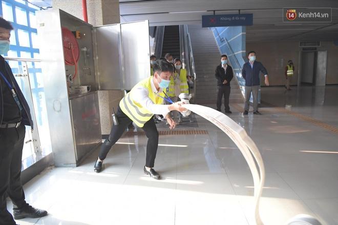 Ảnh: Diễn tập giả định cháy trên tàu và nhà ga tại dự án Cát Linh - Hà Đông - ảnh 11