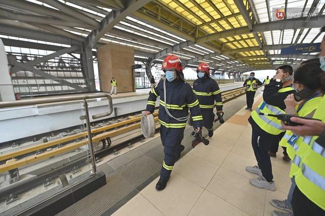 Ảnh: Diễn tập giả định cháy trên tàu và nhà ga tại dự án Cát Linh - Hà Đông - ảnh 7