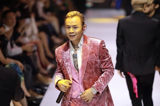 Soi tai nghe màu hồng cực bắt mắt của Binz trên sàn diễn Fashion Week, hoá ra cũng là hàng thửa giống Sơn Tùng M-TP - Ảnh 2.