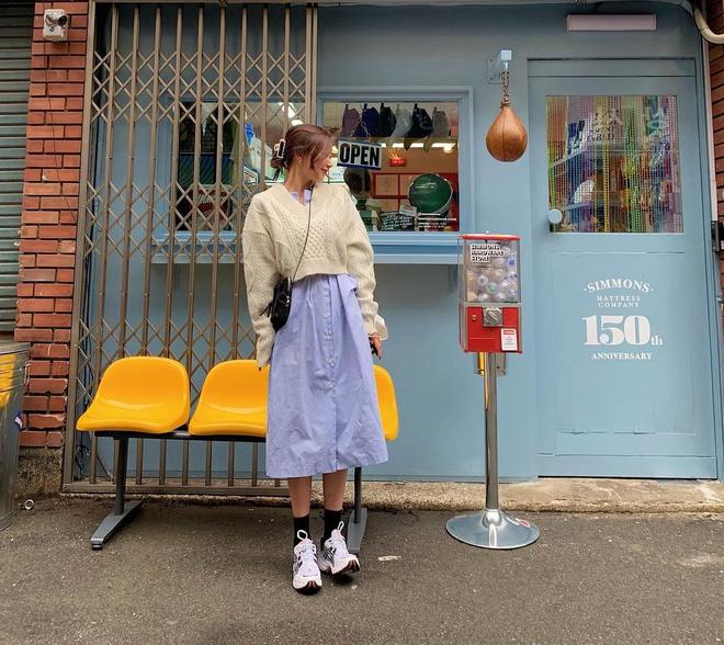 """4 chiêu mix đồ với áo len crop top mà gái Hàn """"quẩy"""" thường xuyên, bạn nên ghim để lên đồ cho xịn - ảnh 9"""