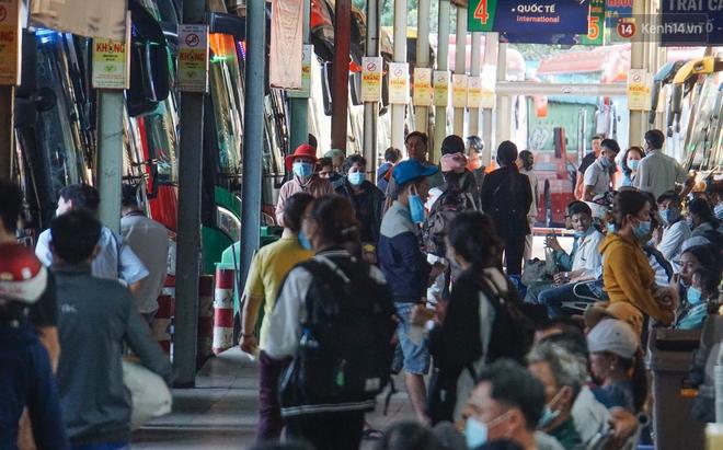 Nhiều sinh viên ở Sài Gòn tranh thủ về quê vì được nghỉ học, bến xe miền Đông tái kích hoạt phòng chống dịch Covid-19 - ảnh 13