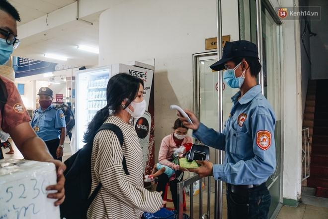 Nhiều sinh viên ở Sài Gòn tranh thủ về quê vì được nghỉ học, bến xe miền Đông tái kích hoạt phòng chống dịch Covid-19 - ảnh 11
