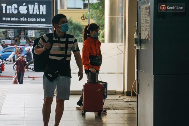 Nhiều sinh viên ở Sài Gòn tranh thủ về quê vì được nghỉ học, bến xe miền Đông tái kích hoạt phòng chống dịch Covid-19 - ảnh 7
