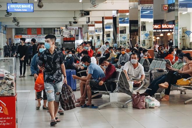 Nhiều sinh viên ở Sài Gòn tranh thủ về quê vì được nghỉ học, bến xe miền Đông tái kích hoạt phòng chống dịch Covid-19 - ảnh 2