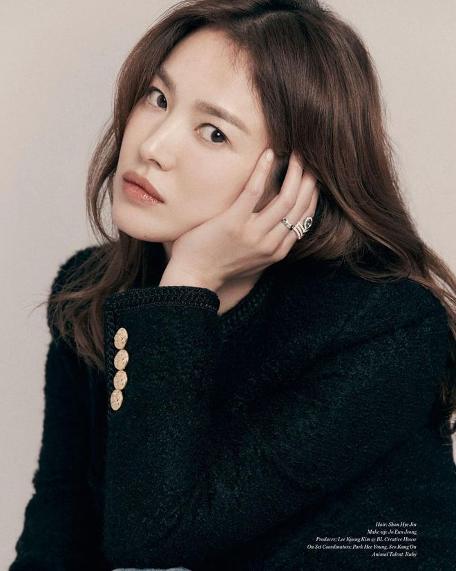 """Thì ra đây mới là ảnh tạp chí """"xịn mịn"""" của Song Hye Kyo: Choáng khi zoom cận visual, lộ diện nhân vật luôn gắn bó với cô hậu ly hôn - Ảnh 2."""
