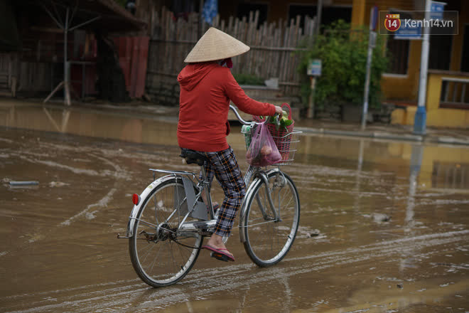 Chùm ảnh: Người dân Hội An vật vã dọn bùn non sau trận lụt thứ 8 trong năm - ảnh 10