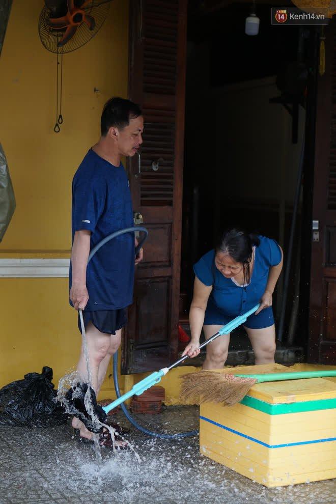 Chùm ảnh: Người dân Hội An vật vã dọn bùn non sau trận lụt thứ 8 trong năm - ảnh 13
