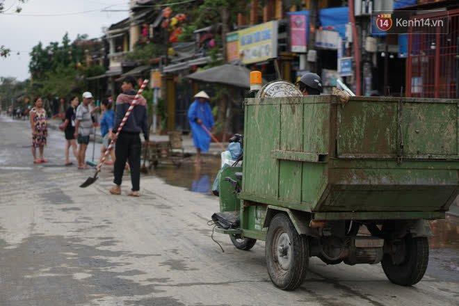 Chùm ảnh: Người dân Hội An vật vã dọn bùn non sau trận lụt thứ 8 trong năm - ảnh 2
