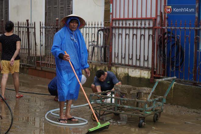 Chùm ảnh: Người dân Hội An vật vã dọn bùn non sau trận lụt thứ 8 trong năm - ảnh 3