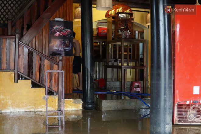 Chùm ảnh: Người dân Hội An vật vã dọn bùn non sau trận lụt thứ 8 trong năm - ảnh 14