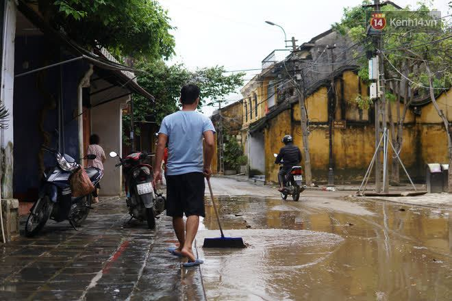 Chùm ảnh: Người dân Hội An vật vã dọn bùn non sau trận lụt thứ 8 trong năm - ảnh 5