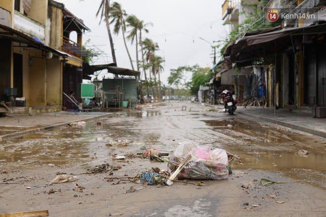 Chùm ảnh: Người dân Hội An vật vã dọn bùn non sau trận lụt thứ 8 trong năm - ảnh 4