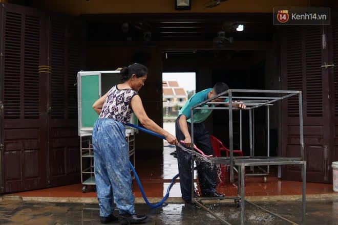 Chùm ảnh: Người dân Hội An vật vã dọn bùn non sau trận lụt thứ 8 trong năm - ảnh 7