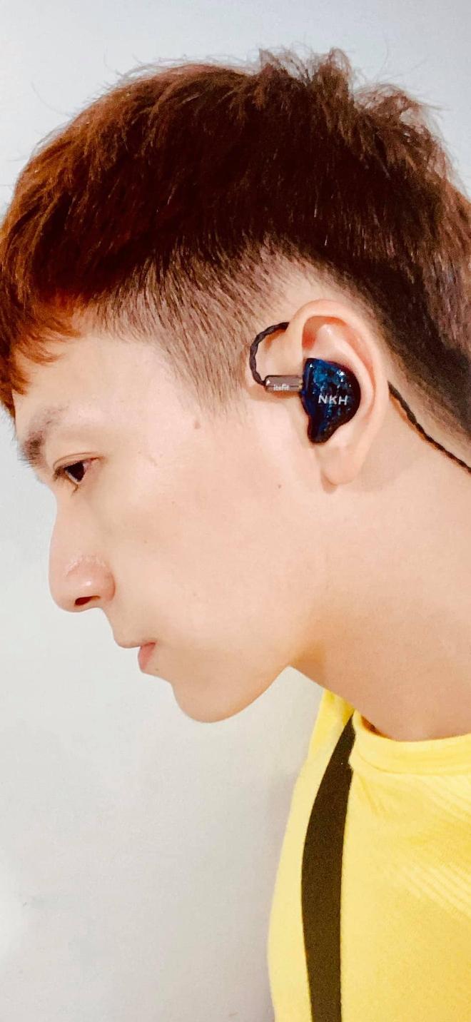 Soi tai nghe màu hồng cực bắt mắt của Binz trên sàn diễn Fashion Week, hoá ra cũng là hàng thửa giống Sơn Tùng M-TP - Ảnh 6.
