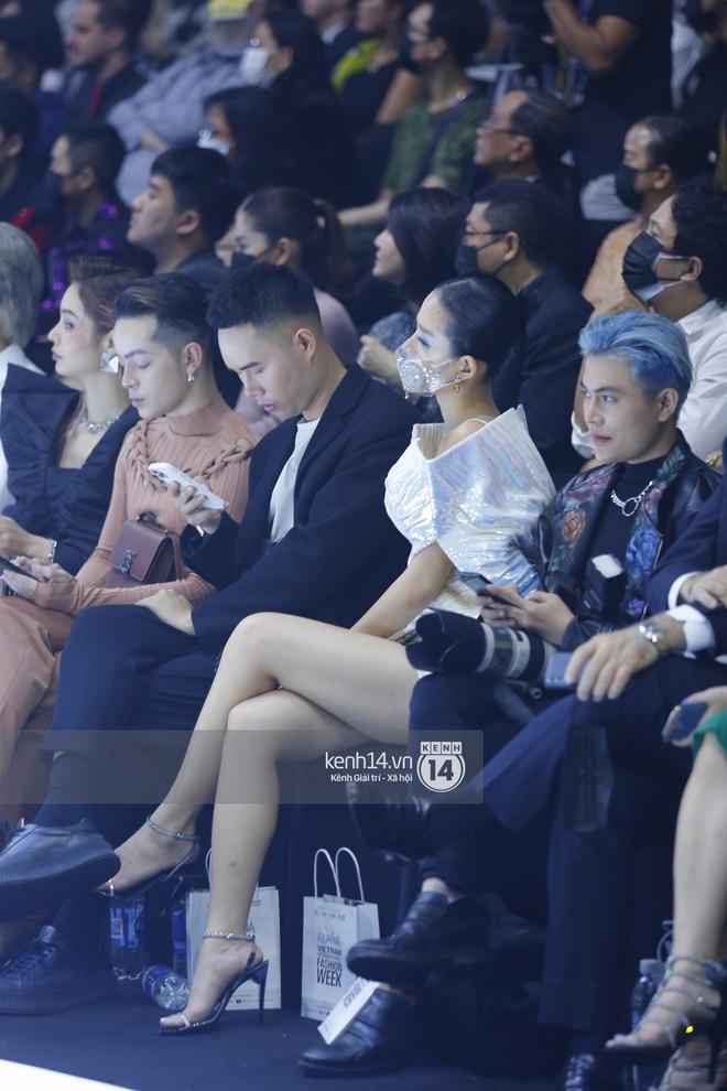 Đi fashion show mùa dịch phải chất đét như Khánh Linh: Ai bảo đeo khẩu trang là không thể mặc đẹp? - Ảnh 4.