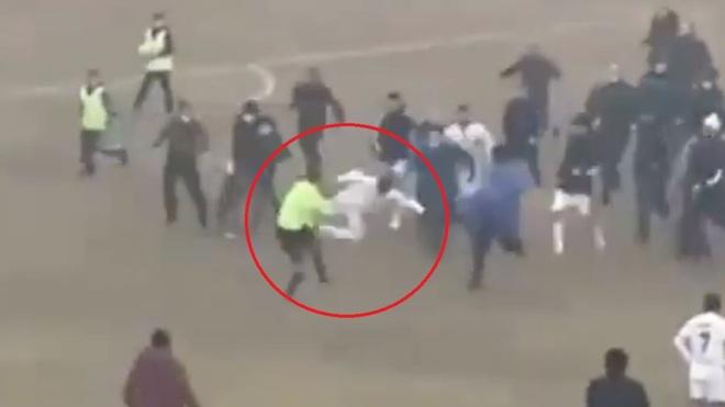 Trận đấu vừa kết thúc, trọng tài hốt hoảng bỏ chạy trước sự truy lùng của đám đông nhưng vẫn hứng trọn một cú đòn trúng giữa ngực - ảnh 2