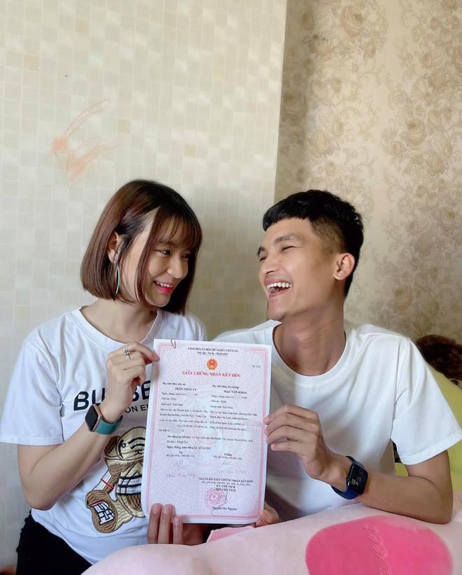 Mạc Văn Khoa và bạn gái đã chính thức trở thành vợ chồng sau 5 năm, hạnh phúc khoe giấy chứng nhận kết hôn - ảnh 1