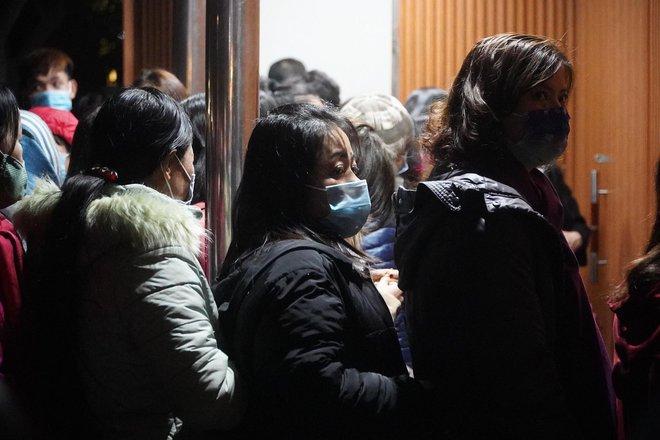 Trực tiếp: Còn hơn 1 tiếng để tạm biệt 2020, người dân cả nước đã chen chúc ở khu vực trung tâm đến nghẹt thở - Ảnh 12.