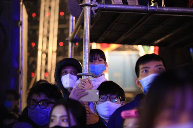 Dòng người ken đặc tại khu vực Nhà hát Lớn để theo dõi chương trình ca nhạc chào đón năm mới - Ảnh 6.