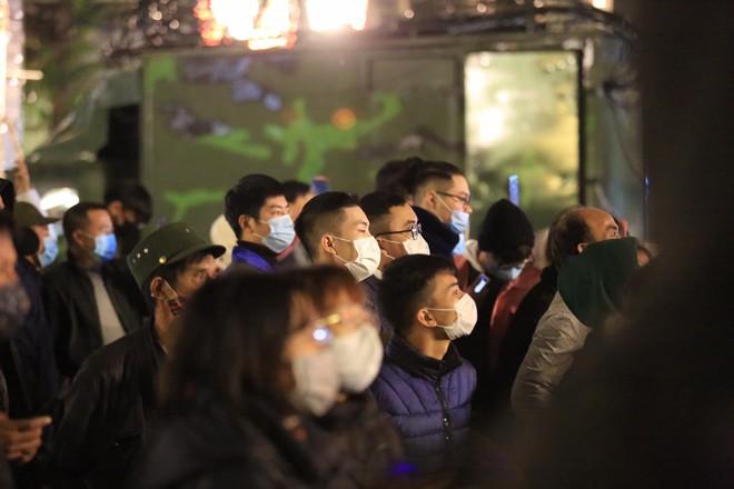 Dòng người ken đặc tại khu vực Nhà hát Lớn để theo dõi chương trình ca nhạc chào đón năm mới - Ảnh 13.