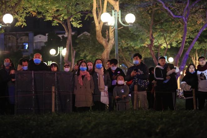 Dòng người ken đặc tại khu vực Nhà hát Lớn để theo dõi chương trình ca nhạc chào đón năm mới - Ảnh 12.