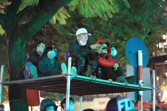 Dòng người ken đặc tại khu vực Nhà hát Lớn để theo dõi chương trình ca nhạc chào đón năm mới - Ảnh 9.