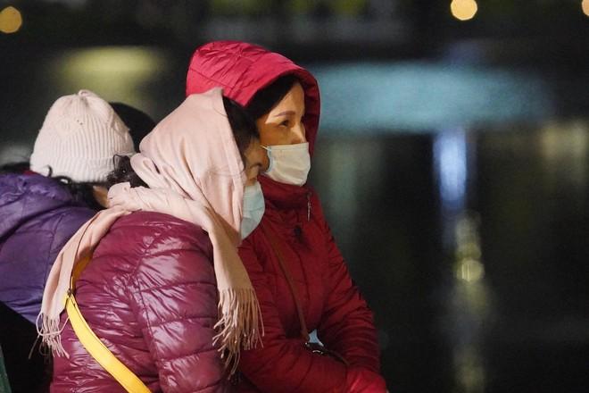 Trực tiếp: Còn hơn 1 tiếng để tạm biệt 2020, người dân cả nước đã chen chúc ở khu vực trung tâm đến nghẹt thở - Ảnh 16.