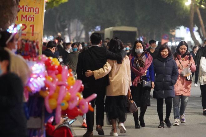 Trực tiếp: Còn hơn 1 tiếng để tạm biệt 2020, người dân cả nước đã chen chúc ở khu vực trung tâm đến nghẹt thở - Ảnh 15.