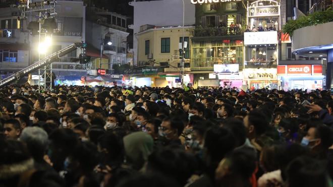 Trực tiếp: Còn hơn 1 tiếng để tạm biệt 2020, người dân cả nước đã chen chúc ở khu vực trung tâm đến nghẹt thở - Ảnh 23.