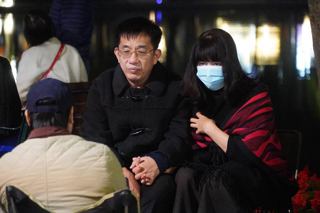 Trực tiếp: Còn hơn 1 tiếng để tạm biệt 2020, người dân cả nước đã chen chúc ở khu vực trung tâm đến nghẹt thở - Ảnh 3.