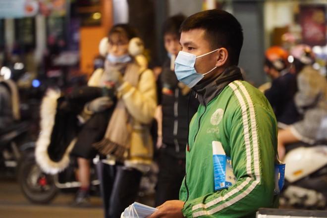 Trực tiếp: Còn hơn 1 tiếng để tạm biệt 2020, người dân cả nước đã chen chúc ở khu vực trung tâm đến nghẹt thở - Ảnh 7.