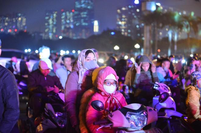 Trực tiếp: Còn hơn 1 tiếng để tạm biệt 2020, người dân cả nước đã chen chúc ở khu vực trung tâm đến nghẹt thở - Ảnh 5.