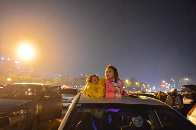 Trực tiếp: Còn hơn 1 tiếng để tạm biệt 2020, người dân cả nước đã chen chúc ở khu vực trung tâm đến nghẹt thở - Ảnh 14.