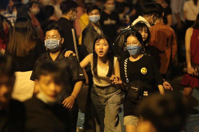 Trực tiếp: Chỉ còn vài chục phút để tạm biệt 2020, người dân cả nước đã chen chúc ở khu vực trung tâm đến nghẹt thở - Ảnh 9.