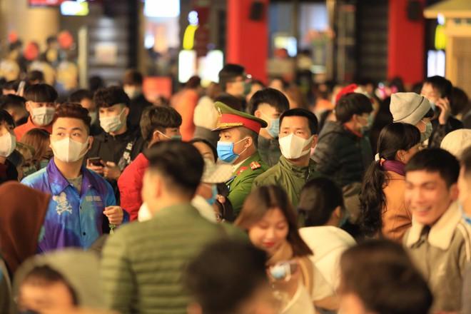 Trực tiếp: Còn hơn 1 tiếng để tạm biệt 2020, người dân cả nước đã chen chúc ở khu vực trung tâm đến nghẹt thở - Ảnh 2.
