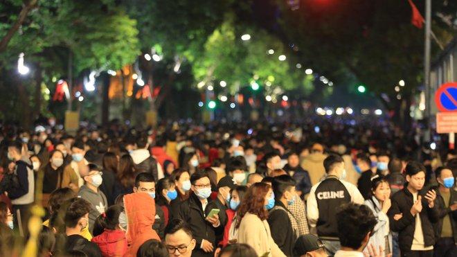 Trực tiếp: Còn hơn 1 tiếng để tạm biệt 2020, người dân cả nước đã chen chúc ở khu vực trung tâm đến nghẹt thở - Ảnh 9.