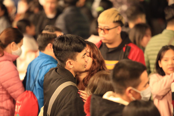 Trực tiếp: Còn hơn 1 tiếng để tạm biệt 2020, người dân cả nước đã chen chúc ở khu vực trung tâm đến nghẹt thở - Ảnh 6.
