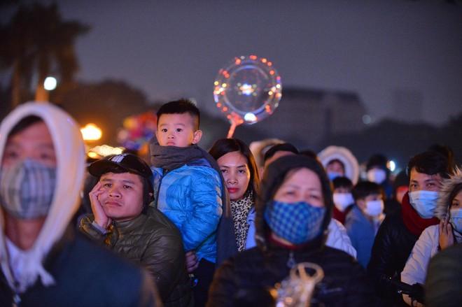 Dòng người ken đặc tại khu vực Nhà hát Lớn để theo dõi chương trình ca nhạc chào đón năm mới - Ảnh 20.