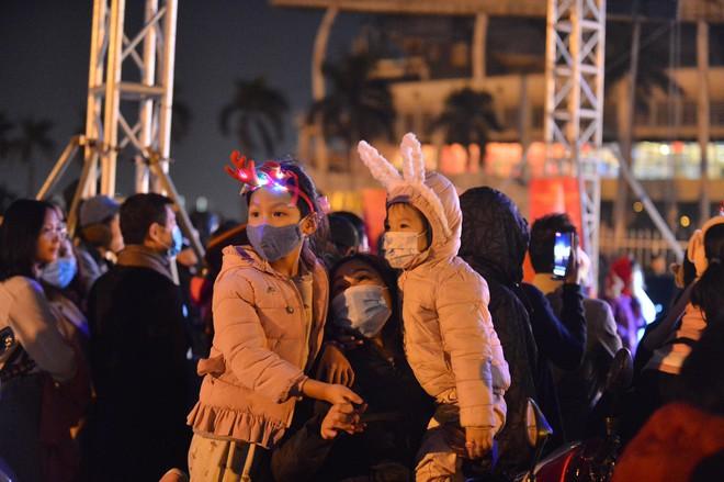 Dòng người ken đặc tại khu vực Nhà hát Lớn để theo dõi chương trình ca nhạc chào đón năm mới - Ảnh 4.