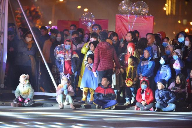 Dòng người ken đặc tại khu vực Nhà hát Lớn để theo dõi chương trình ca nhạc chào đón năm mới - Ảnh 14.