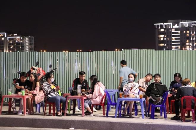 Dòng người ken đặc tại khu vực Nhà hát Lớn để theo dõi chương trình ca nhạc chào đón năm mới - Ảnh 8.