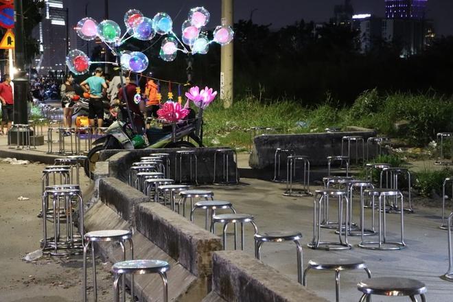 Dòng người ken đặc tại khu vực Nhà hát Lớn để theo dõi chương trình ca nhạc chào đón năm mới - Ảnh 5.