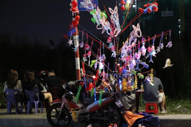 Dòng người ken đặc tại khu vực Nhà hát Lớn để theo dõi chương trình ca nhạc chào đón năm mới - Ảnh 1.