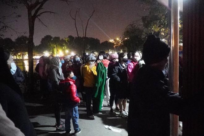Trực tiếp: Còn hơn 1 tiếng để tạm biệt 2020, người dân cả nước đã chen chúc ở khu vực trung tâm đến nghẹt thở - Ảnh 13.