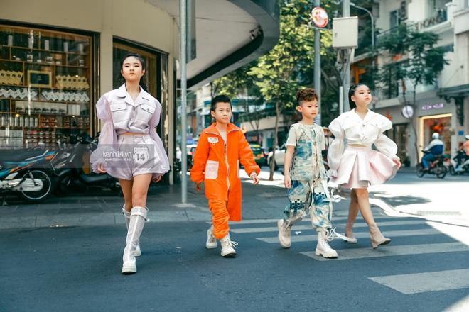 Street style ngày 4 của AVIFW 2020: Các bạn trẻ vẫn hăng say lên đồ giật giũ để khoe cá tính thời trang - Ảnh 4.
