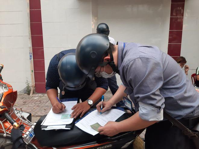 TP.HCM: Tụ tập nhậu ngoài vỉa hè không đeo khẩu trang, nhóm người bị xử phạt 6 triệu đồng - ảnh 2