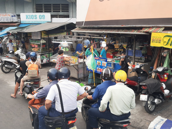 TP.HCM: Tụ tập nhậu ngoài vỉa hè không đeo khẩu trang, nhóm người bị xử phạt 6 triệu đồng - ảnh 7