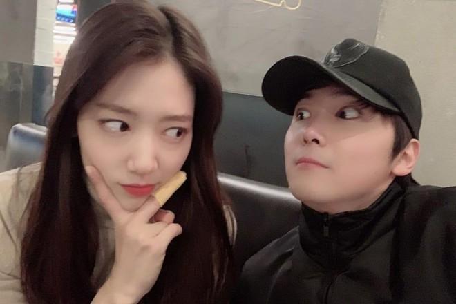 6 nữ idol hoa đã có chủ vẫn đầy bạn khác giới: Hyuna ôm cả bạn và bồ, Hyeri bị ném đá vì thân mật với Park Bo Gum bên bạn trai - Ảnh 12.